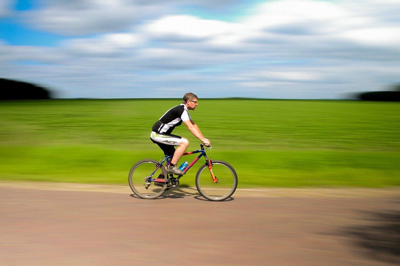 Fahrradfahren gesund? Mann auf Fitnessbike